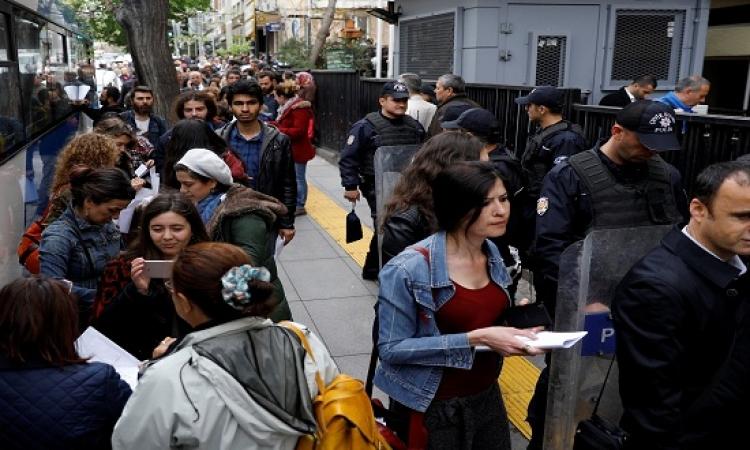"""بالصور.. أتراك يحتشدون أمام """"الأعلى للانتخابات"""" للطعن على نتائج الاستفتاء"""