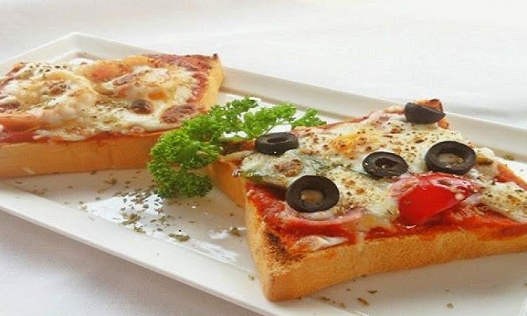 البيتزا بطريقة مبتكرة.. استخدمى التوست وحضريها فى 5 دقايق فقط