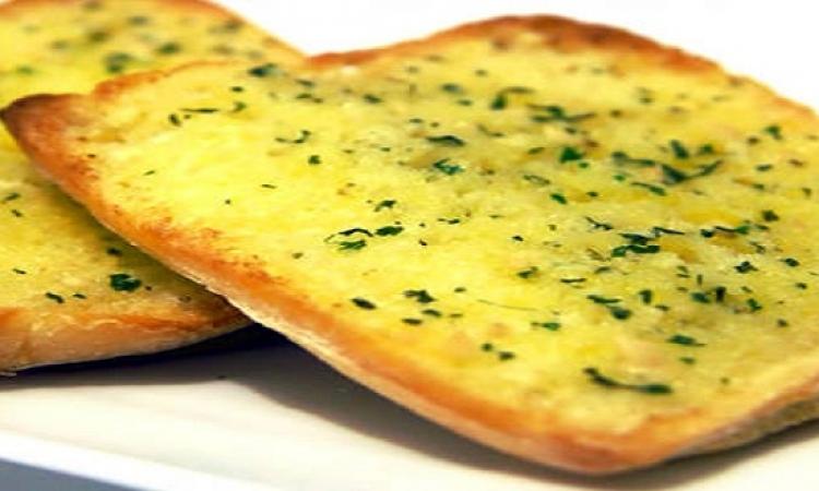 اعمليه فى البيت اوفر.. طريقة عمل الخبز بالثوم والتوابل