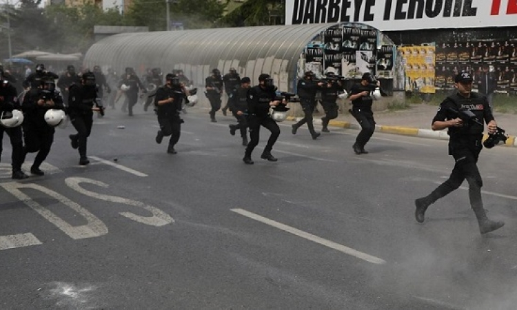 الشرطة التركية تفرق مظاهرة عيد العمال بقنابل الغاز