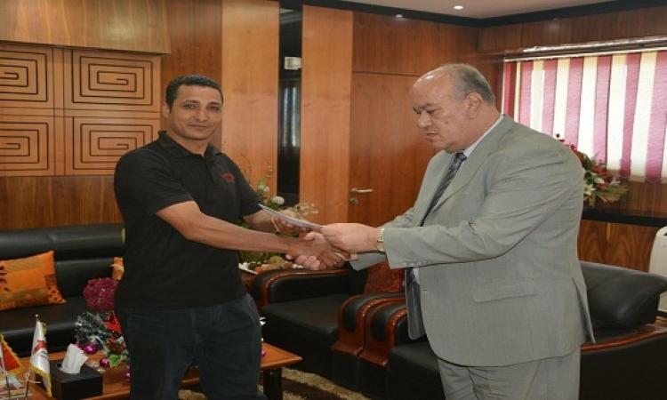 رئيس مطار القاهرة يكرم أمين شرطة رفض رشوة لتسهيل تهريب أدوية