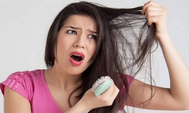 تساقط الشعر ينذر بوجود مشاكل صحية ونفسية