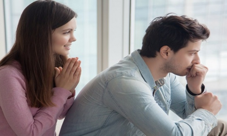 كيف تتصرفين إذا أهنتِ زوجك أمام عائلته ؟