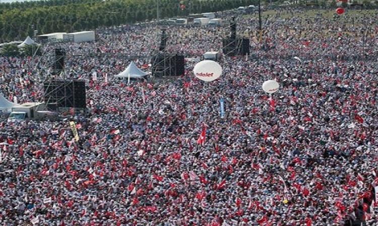 عشرات الآلاف يتظاهرون ضد أردوغان بإسطنبول