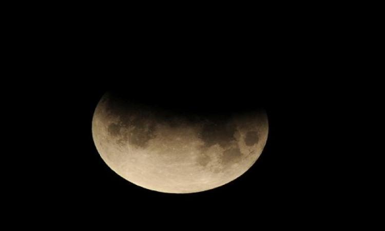 الاثنين المقبل .. يشهد العالم خسوفًا جزئيًا للقمر