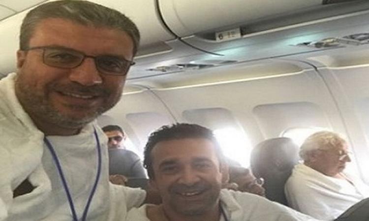 بالصور.. عمرو الليثى وكريم عبد العزيز فى طريقهما إلى مكة