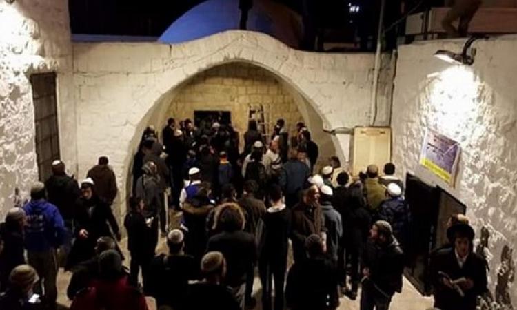 مئات المستوطنين يقتحمون قبر يوسف بنابلس وسط حراسة قوات الاحتلال