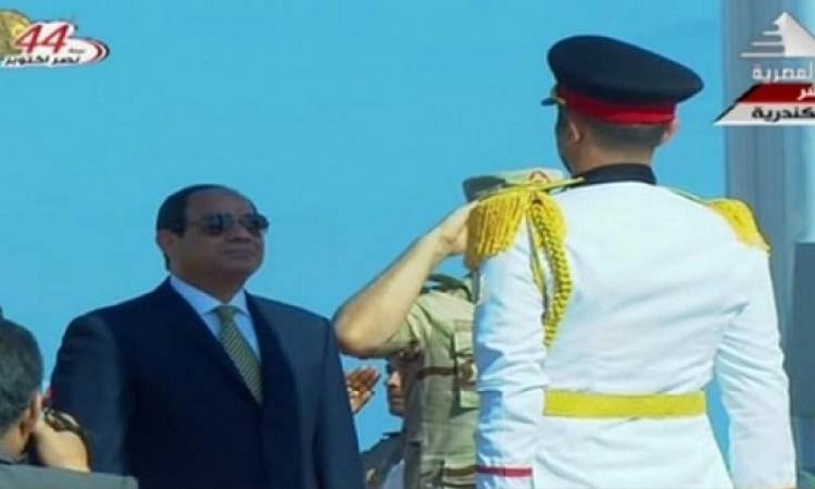السيسى يرفع علم مصر على قاعدة الإسكندرية البحرية