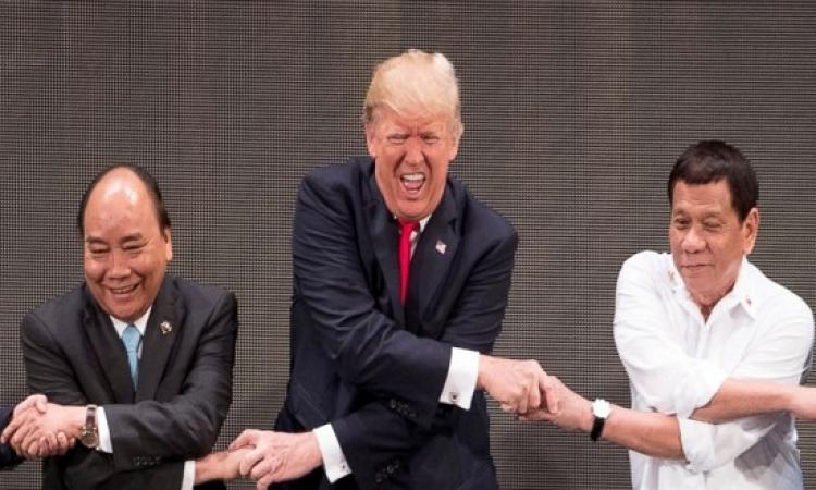 """بالفيديو.. """"الأيادى المتشابكة"""" تربك ترامب خلال مصافحة زعماء الآسيان بالفلبين"""
