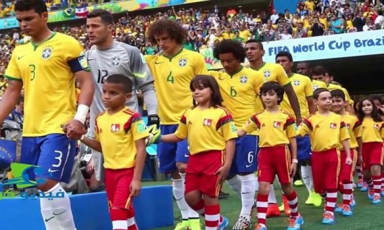 لماذا يستعين نجوم الكرة بالأطفال أثناء النزول لأرض الملعب ؟