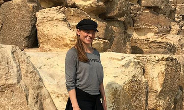 بالصور.. هيلارى سوانك من أمام الأهرامات: شكرا للمصريين على كرم الضيافة