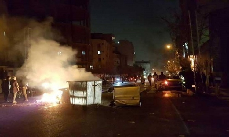 """مواجهات عنيفة بإيران.. ومحتجون يسقطون صورة المرشد مرددين:"""" الموت للديكتاتور"""""""