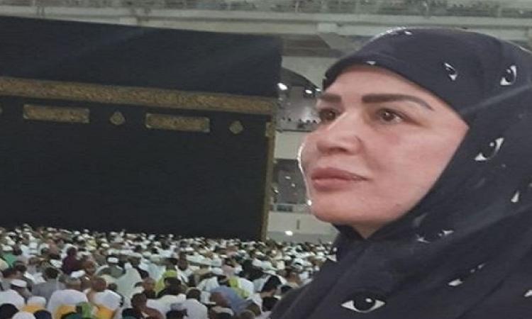 بالصور.. إلهام شاهين تهدى والدتها عمرة: أدعو الله أن يقبل هديتى لكِ