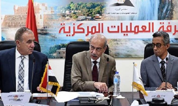 إسماعيل يتابع استعدادات المحافظات للطقس من غرفة عمليات الحكومة