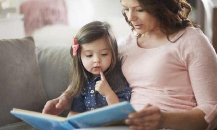 للأمهات.. لهذه الأسباب حدوتة قبل النوم مهمة لطفلك!