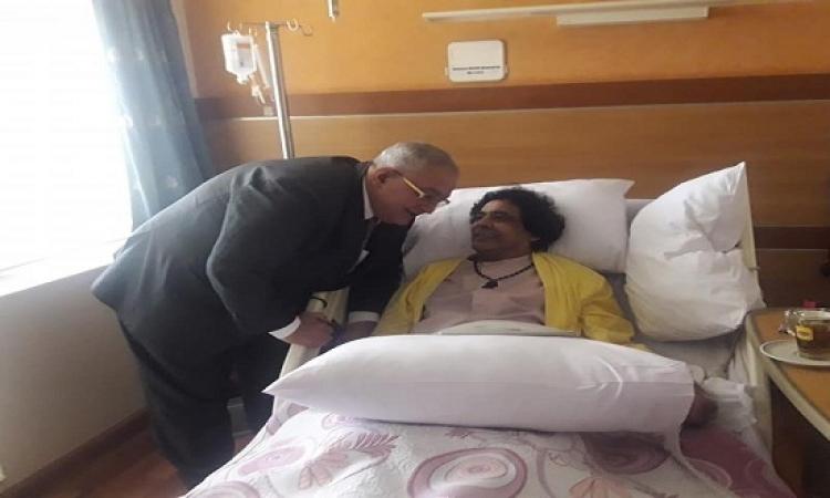 بالصور..الكينج محمد منير داخل غرفته بالمستشفى بعد إجرائه جراحة ناجحة