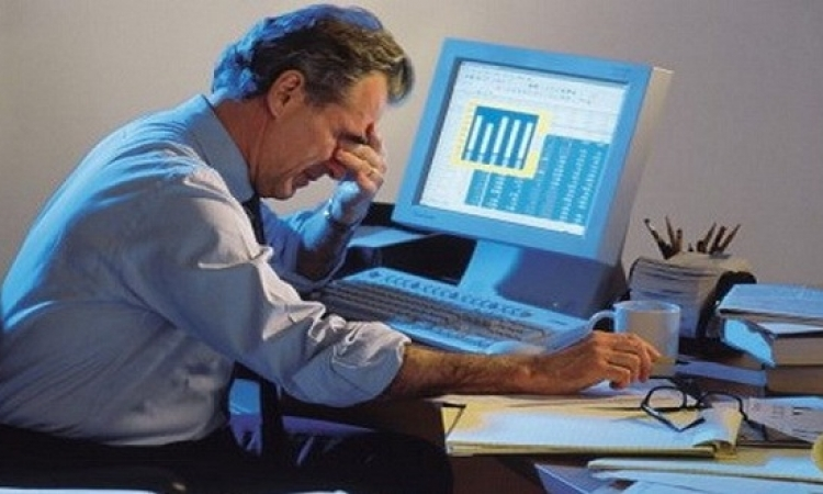الجلوس لفترات طويلة أثناء العمل خطر حقيقي.. وهذا هو الحل