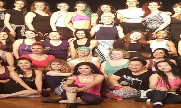 بالفيديو.. الراقصة دينا تعلم فتيات كندا الرقص الشرقى