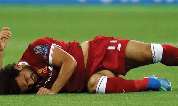 محمد صلاح يطير إلى إسبانيا اليوم للعلاج من إصابة الكتف