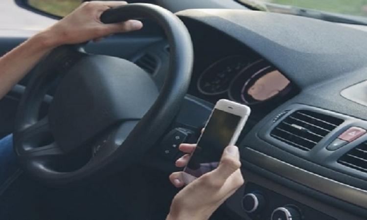 مخاطر كتابة الرسائل القصيرة أثناء المشي والقيادة