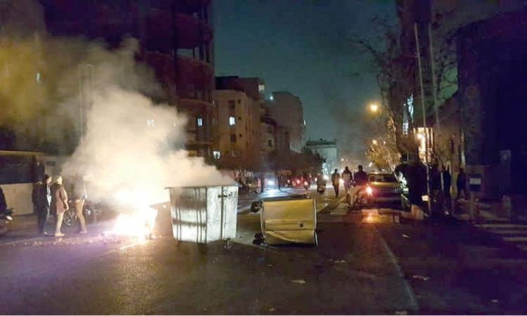 احتجاجات إيران تتصاعد .. والمتظاهرون يحاولون حرق مدرسة دينية
