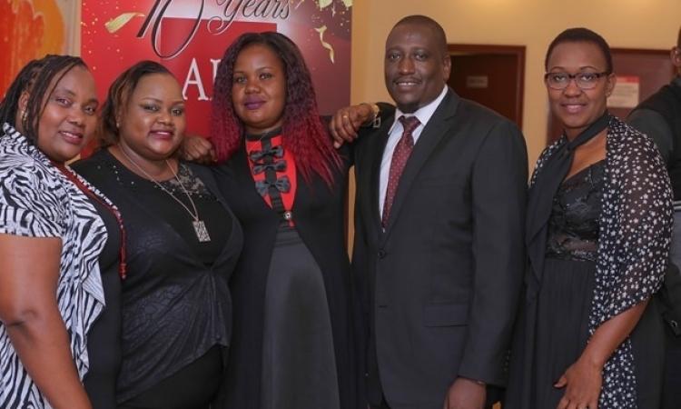 أوّل عميلة لمؤسسة الرعاية الصحية لمرضى الإيدز بكينيا خلال احتفال عيدها العاشر
