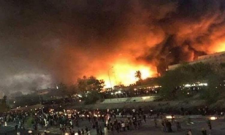 بعد حرق القنصلية الإيرانية.. محتجون عراقيون يحاولون حصار القنصلية الأمريكية بالبصرة