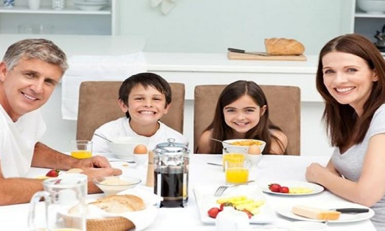 أهمية اجتماع الأسرة معا على مائدة الطعام