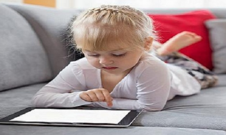 كيف تتأثر عيون طفلك بالتعرض لضوء الموبايل والتابلت؟