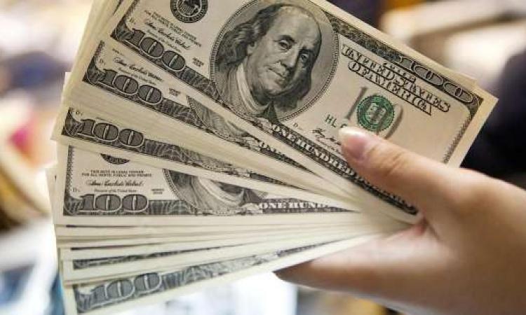 الدولار يتراجع لأدنى مستوى في عامين