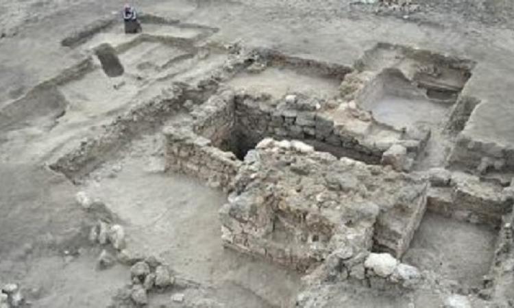 """""""دايلى ميل"""" تبرز العثور على بقايا قلعة مصرية بالبحر الأحمر تعود لألفى عام"""