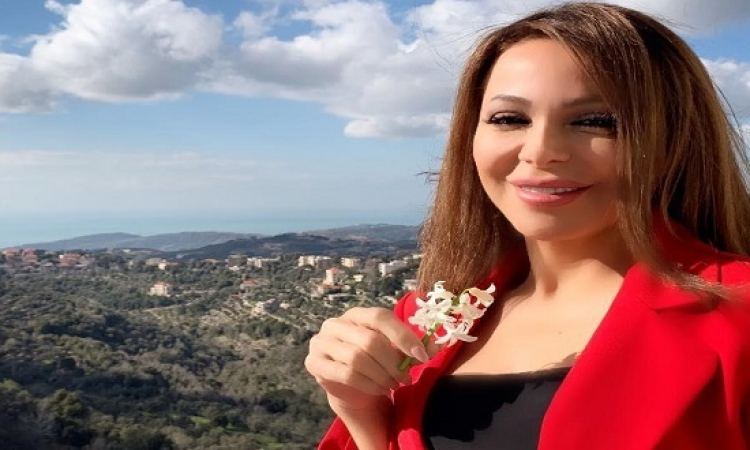 بالصور .. سوزان نجم الدين بالاحمر والورود فى أحدث جلسة تصوير