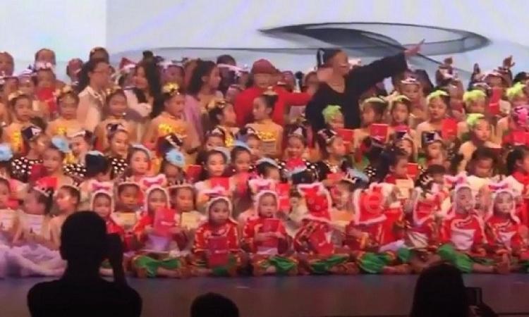 بالفيديو .. لحظة سقوط خشبة مسرح بمئات الأطفال فى الصين