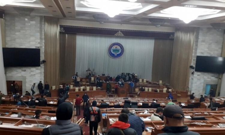المعارضة فى قرغيزيا تعلن حل البرلمان وإدارتها لجميع السلطات فى البلاد