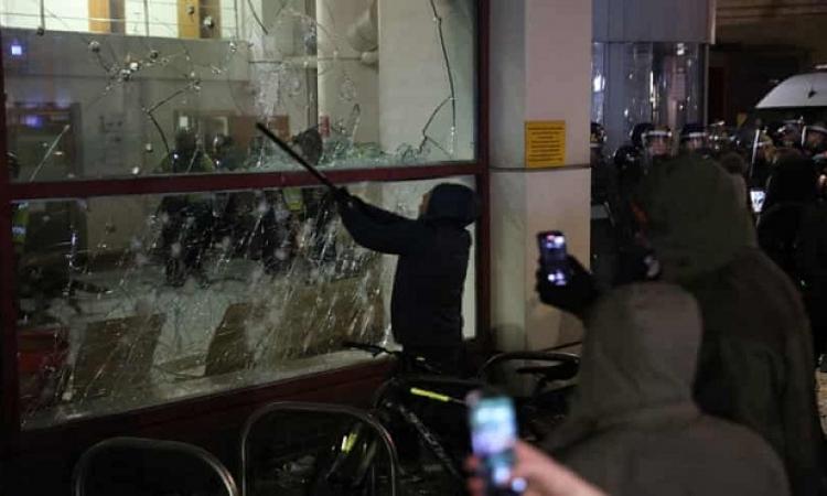 اعمال شغب فى شوارع بريطانيا بسبب رفض حجر كورونا وفرض قيود على الاحتجاجات