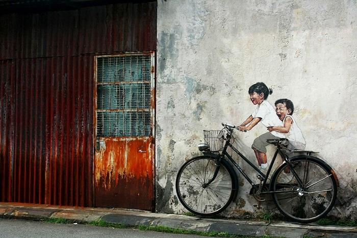 طفلان على العجلة - ماليزيا