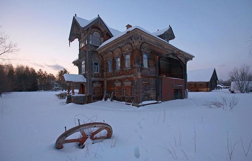منزل خشبي مهجور - روسيا