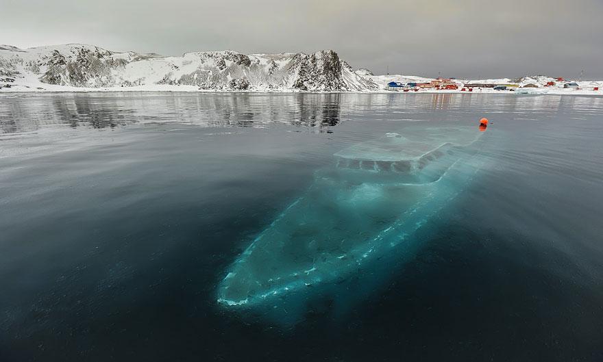 يخت غارق - القارة القطبية الجنوبية