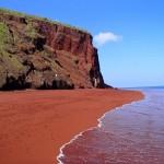 """الرمال الحمراء في """"رابيدا"""" بجالاباجوس بسبب أكسدة الحمم البركانية أو الرواسب المرجانية"""