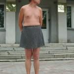 رجل يرتدي تنورة قصيرة