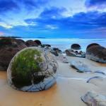 امتزاج الرمال البركانية السوداء مع قطع الجليد البيضاء في شاطيء بيض التنين - نيوزيلندا