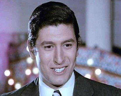 عمر خورشيد عازف جيتار وممثل توفي عام 1981 عن عمر يناهز 36 عاما بعد تعرضه لحادث سيارة.