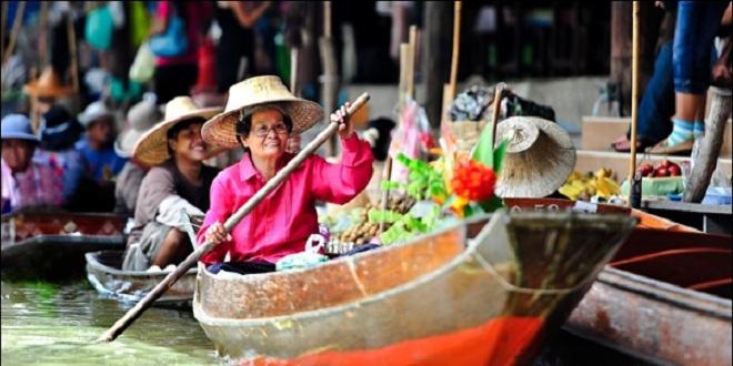 السوق العائم في أندونيسيا
