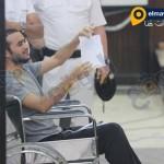 أحمد دومة يشير بورقة لهيئة المحكمة