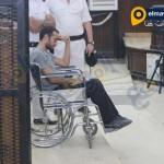 أحمد دومة يكتب على ورقة أمام هيئة المحكمة