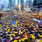 المتظاهرون في هونج كونج يرفعون الشماسى احتجاجا على القنابل المسيلة للدموع