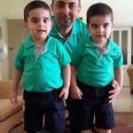 أب وأبنائه بملابس متشابهة