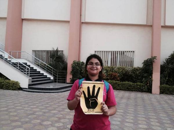 رفع شعار رابعة في مدرسة تركية بمصر