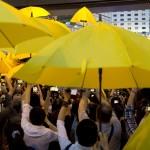 متظاهرو هونج كونج يتظاهرون بالشماسي