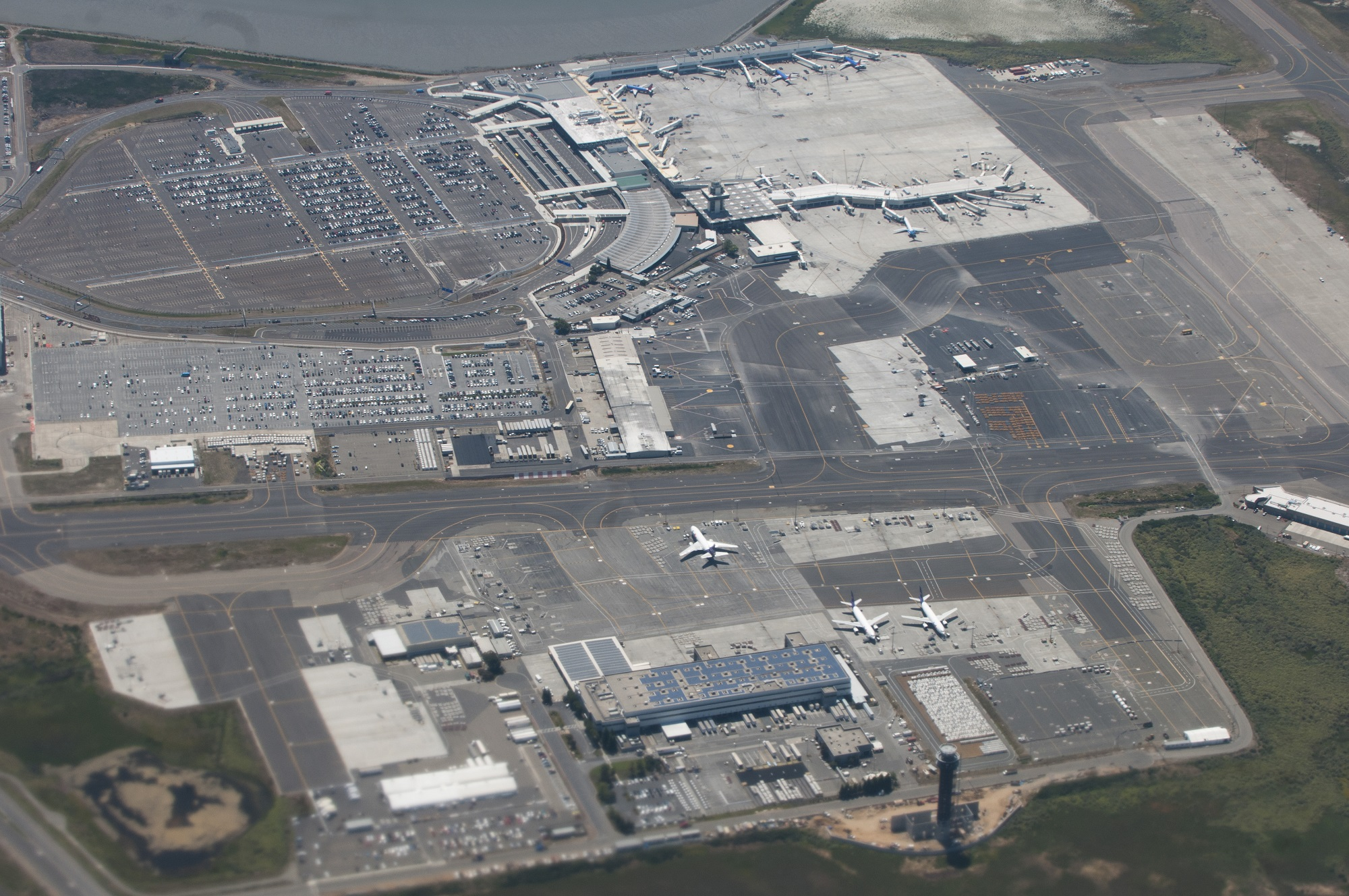 مطار أوكلاند